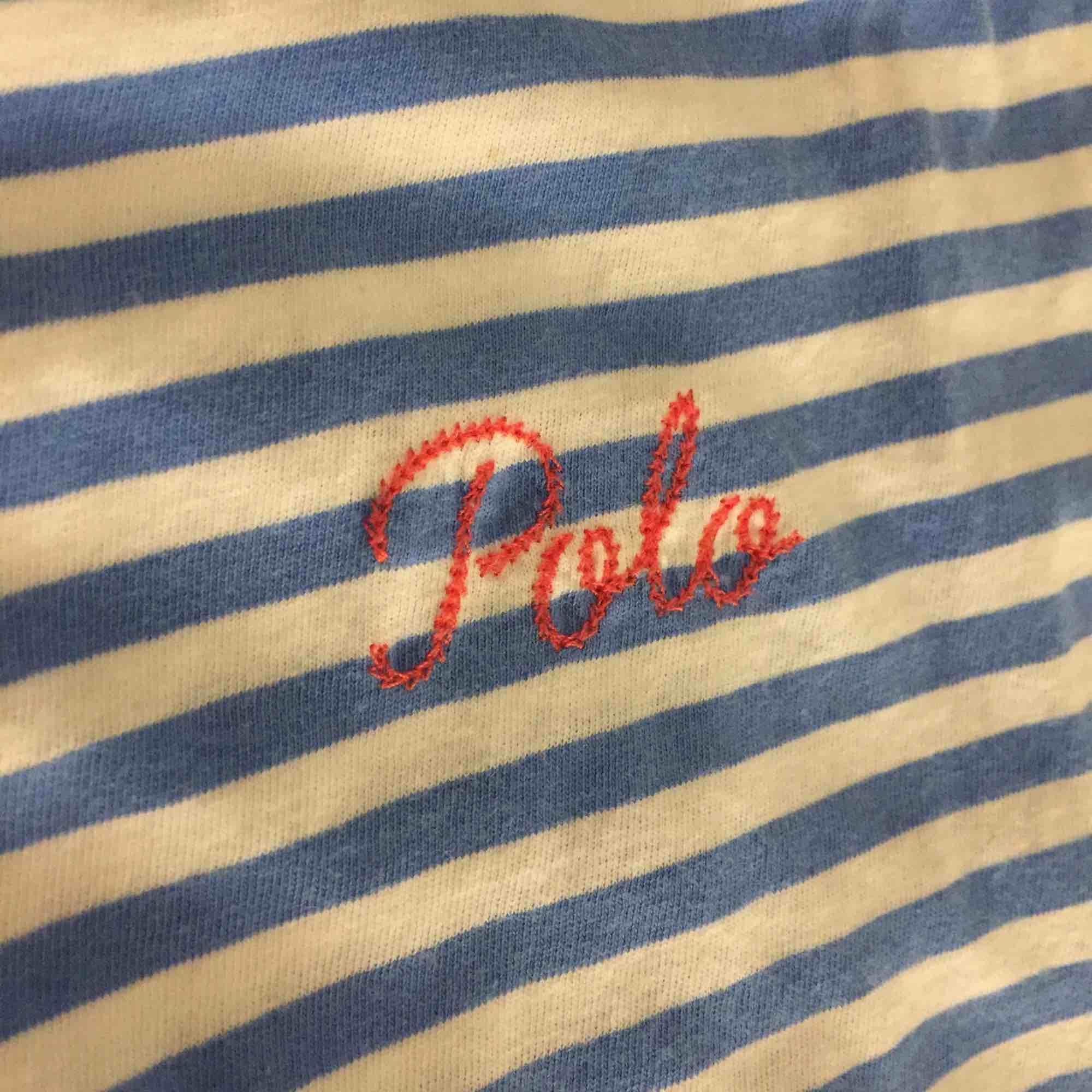 En blå/vit randig t shirt från Ralph lauren med rosa text, jätte skön å bra skick men säljer för att den tyvärr inte kommer till andvändning. T-shirts.