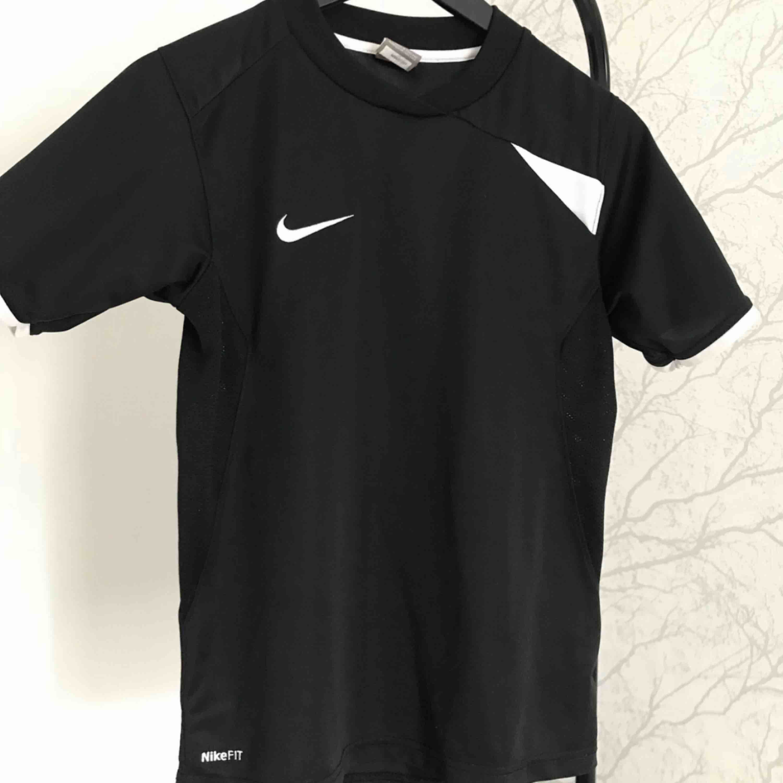 Nike träningströja. T-shirts.
