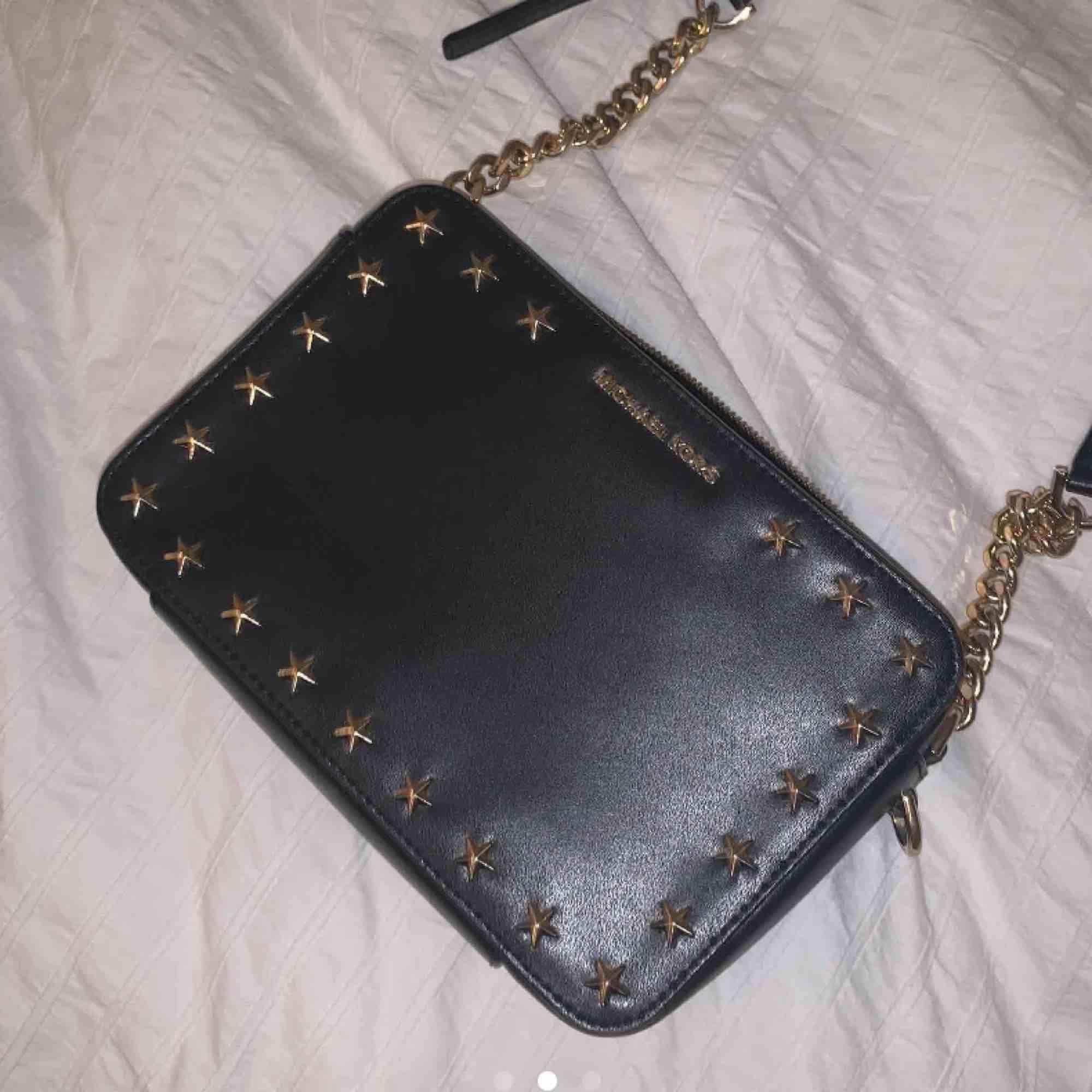 Michael kors väska med stjärndetaljer som aldrig är använd. Köptes för 3000kr, kontakta för fler bilder och funderingar💕 . Väskor.