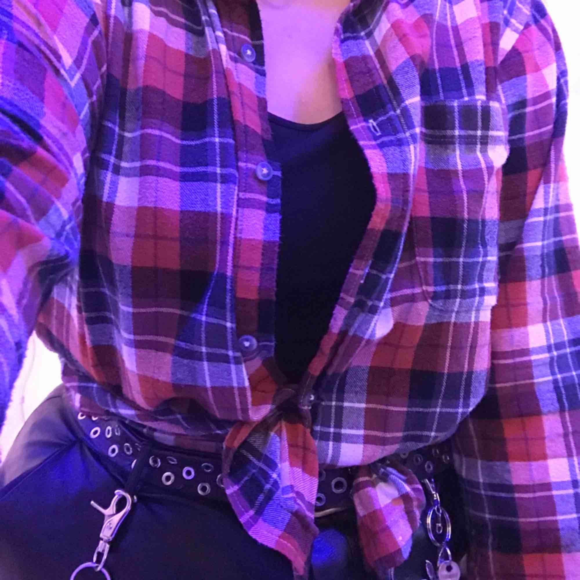 Snygg skjorta som passar dem flesta oavsett storlek eller stil, sparsamt använd💕. Skjortor.