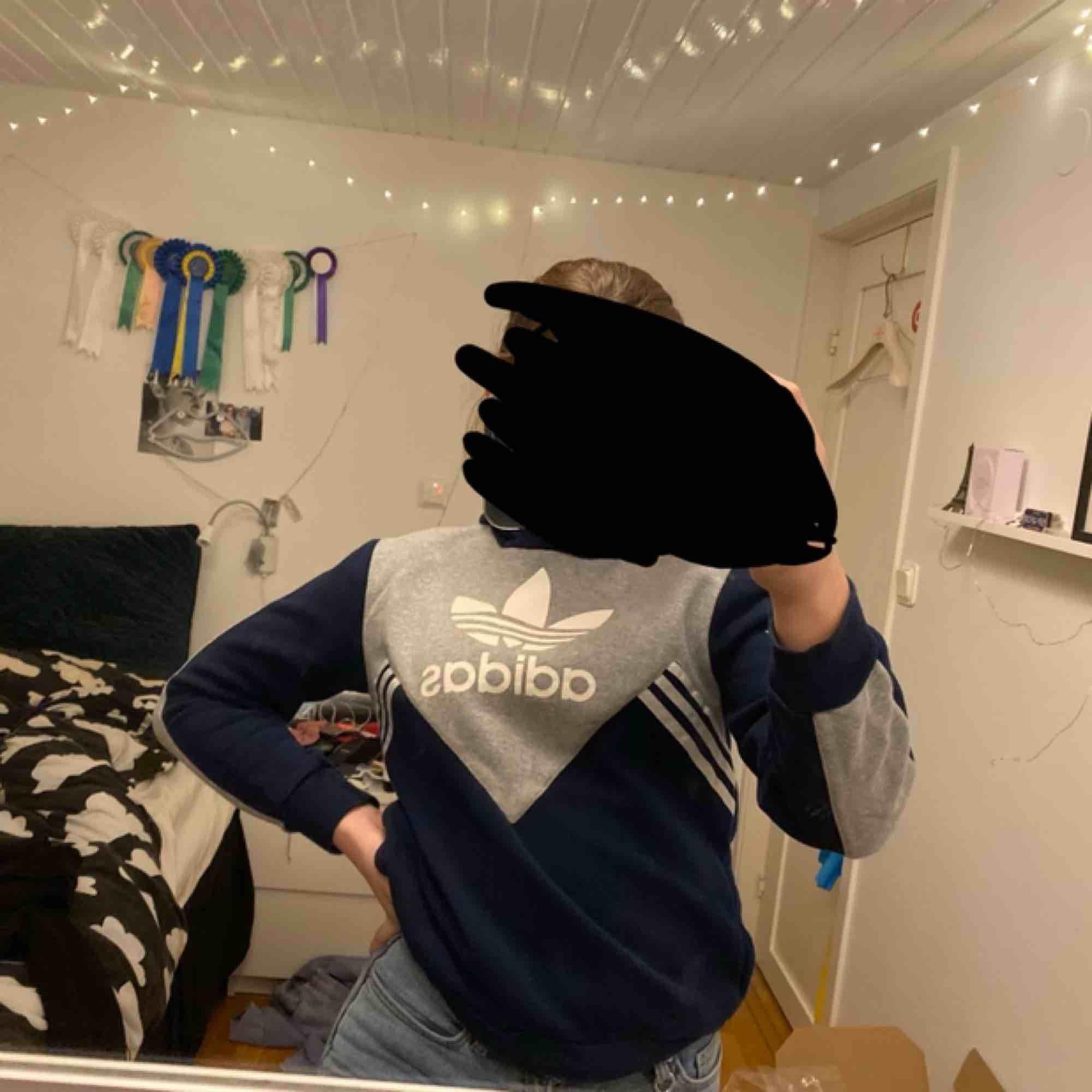 fin hoodie från adidas, marinblå och grå✨ säljer då den tyvärr har blivit lite liten för mig! köpare står för frakt. Huvtröjor & Träningströjor.