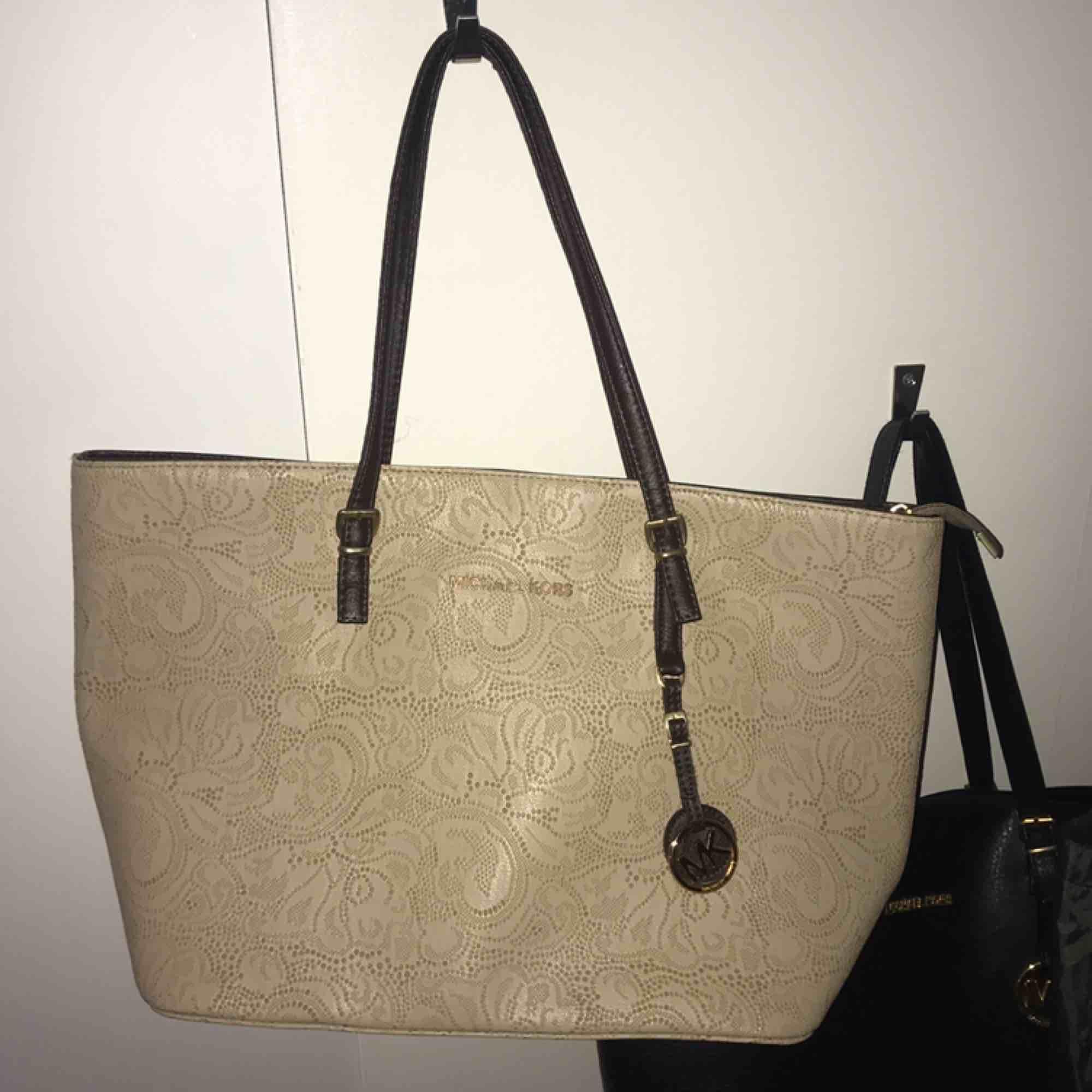 FAKE Michael kors väska som nästan aldrig är använd, väldigt bra och fin kopia :). Accessoarer.
