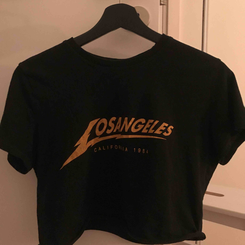 Superfin T-shirt från Brandy Melville🖤🖤 Köpt för ca 200-300kr. Möts upp i stan eller köpare står för frakt (25kr) OBS tar bara emot swish. T-shirts.