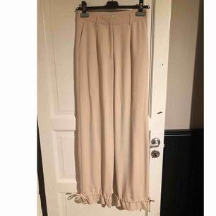 Säljer dessa jättefina kostymbyxor från na-kd i storlek 36. Helt nya oanvända.