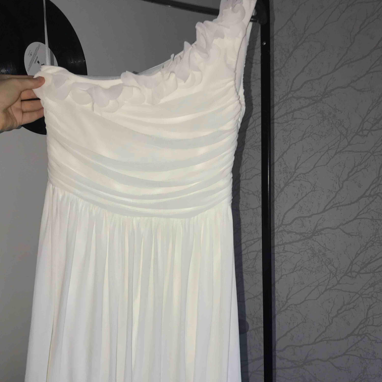 """Vit klänning med """"volanger"""". Klänningar."""