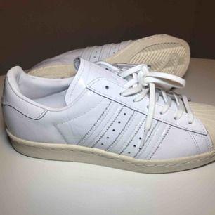 Adidas Superstar 80s women.  Storlek 40. Helt nya med lappar kvar.  Nypris 1000kr.