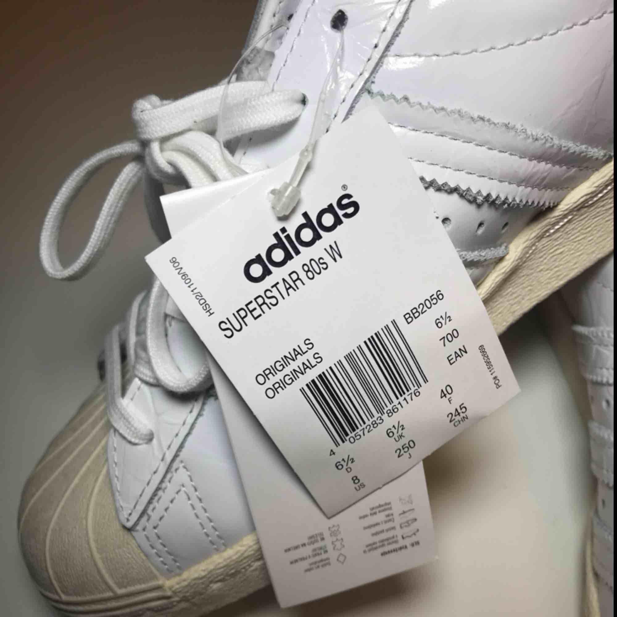 Adidas Superstar 80s women.  Storlek 40. Helt nya med lappar kvar.  Nypris 1000kr. . Skor.