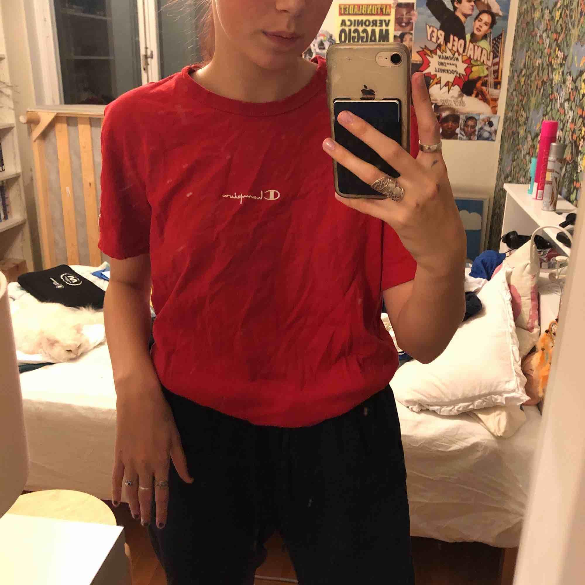 en röd champion tröja köpt på urban outfitters. pris går att diskuteras. T-shirts.