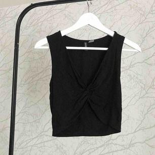 Svart linne som är v-ringad från h&m