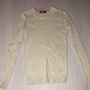 Superfin kabelstickad tröja från Gina, använd ca 2 gånger så den är felfri och i toppskick! Nypris 300kr 💞 kontakta vid frågor eller intresse!