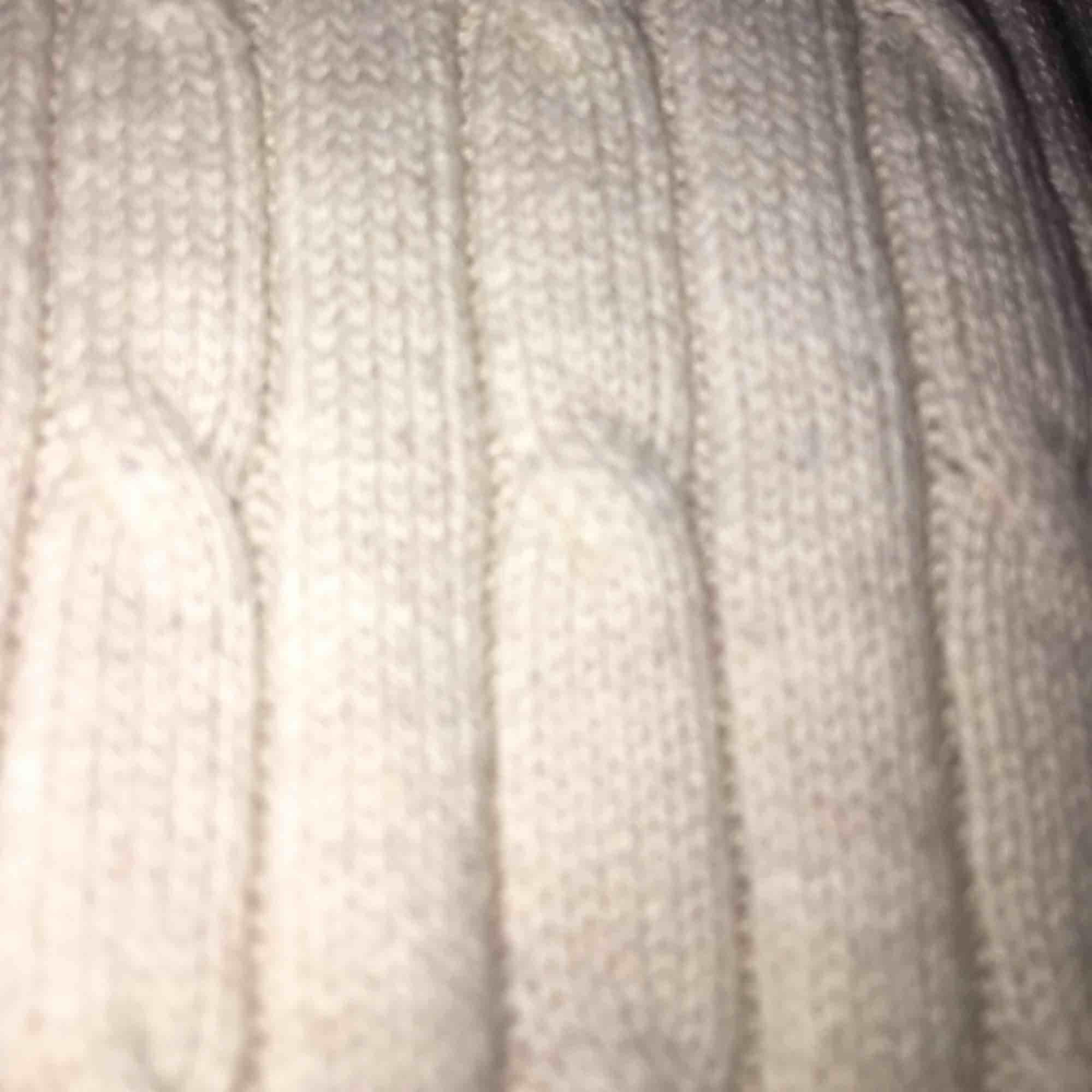 Superfin kabelstickad tröja från Gina, använd ca 2 gånger så den är felfri och i toppskick! Nypris 300kr 💞 kontakta vid frågor eller intresse! . Huvtröjor & Träningströjor.
