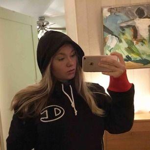 Säljer min snygga hoodie från Champion som tyvärr inte är använd mer en på bilden. Tyckte inte den var min stil så väljer att sälja den för ett bra pris. Köpte den för 700kr så säljer den för ett bra pris