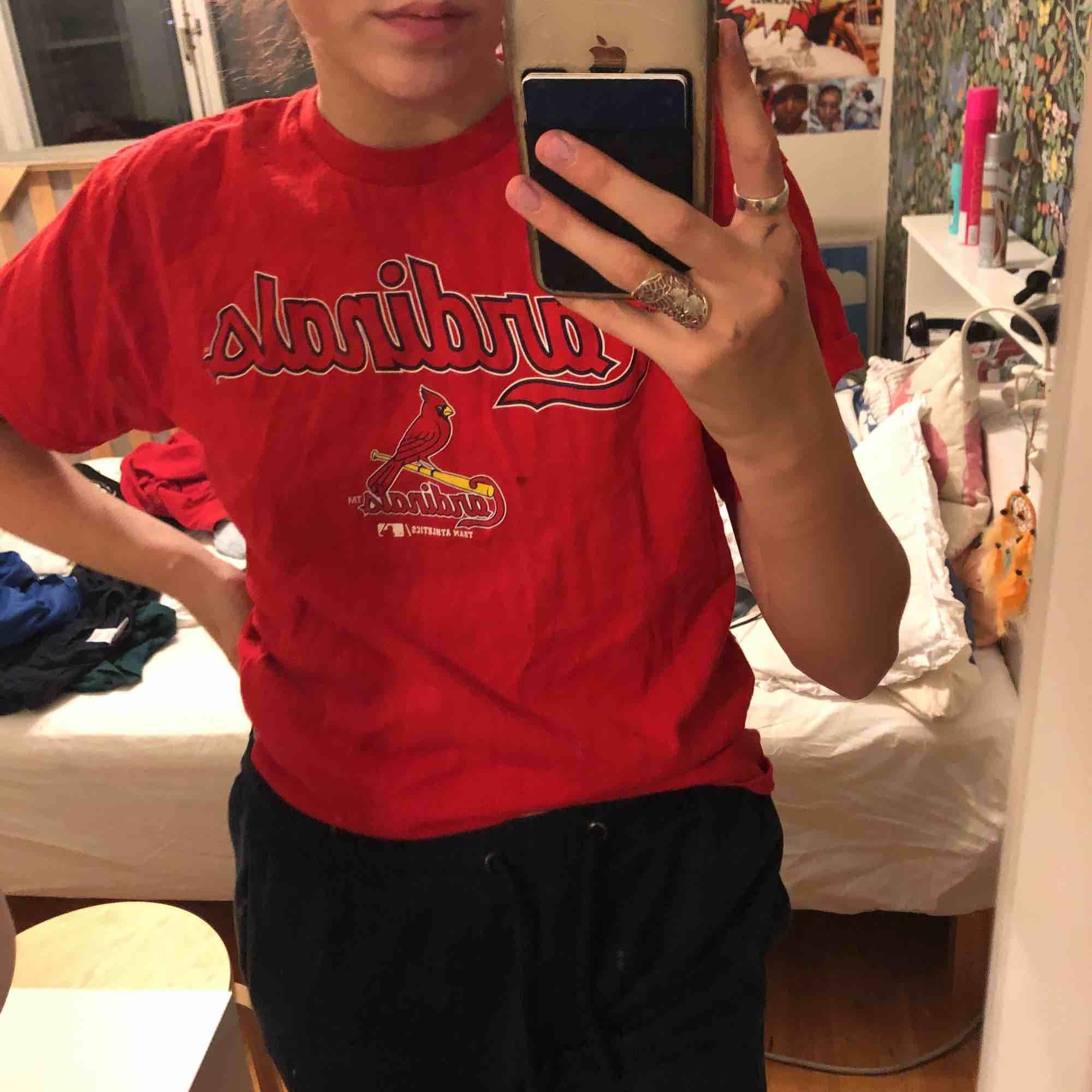 en röd t shirt från beyond retro, en svart liten fläck vid sidan av loggan men syns knappt. T-shirts.