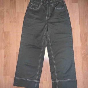 Militär-ish gröna byxor från Cubus