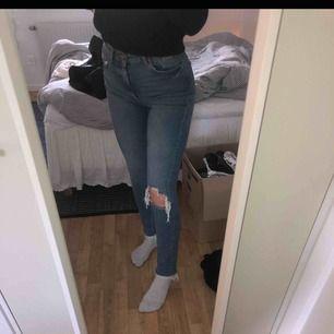 Blå Jeans med slitningar, bekväma! Fint skick💕