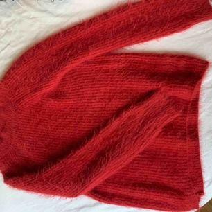 En jättefin stickad tröja i röd från primtal. Det står att det är 2xs men den sitter tajt, bra på mig som brukar ha xs/s