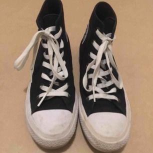 Jättefin Converse! Skorna är i väldigt bra sick, använt noga ett fåtal gånger. Tvättar av sulan innan leverans. Storleken är 39. Köparen står för frakten. Nypris 600kr