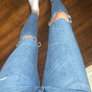 Säljer dessa snygga jeans från pull and bear! Egna klippta hål. Säljer för dom blivit lite korta i benen ( är 165 cm ). Hör av er om ni har frågor mm ( frakt tillkommer ).