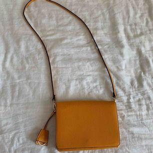 Gul väska från h&m
