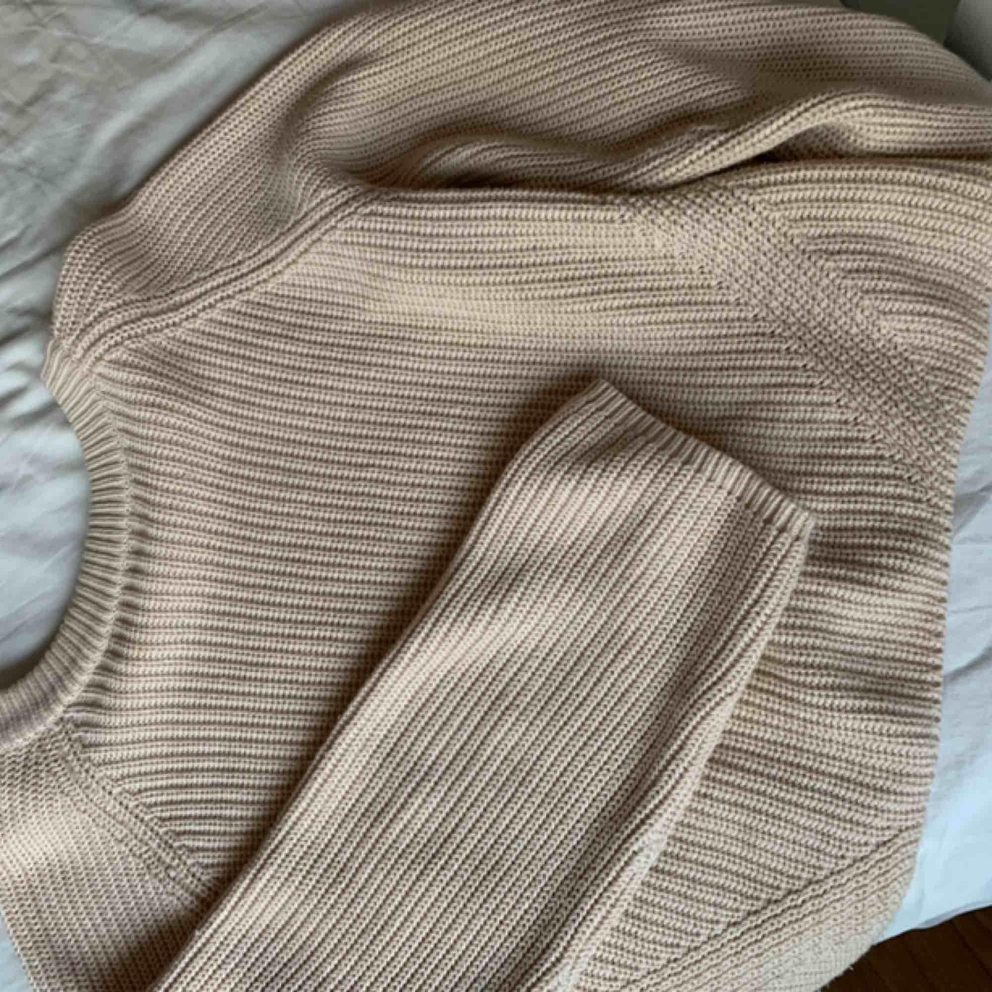 Jättefin stickad tröja i rosa/beige. Inte mycket använd från Gina tricot. Stickat.