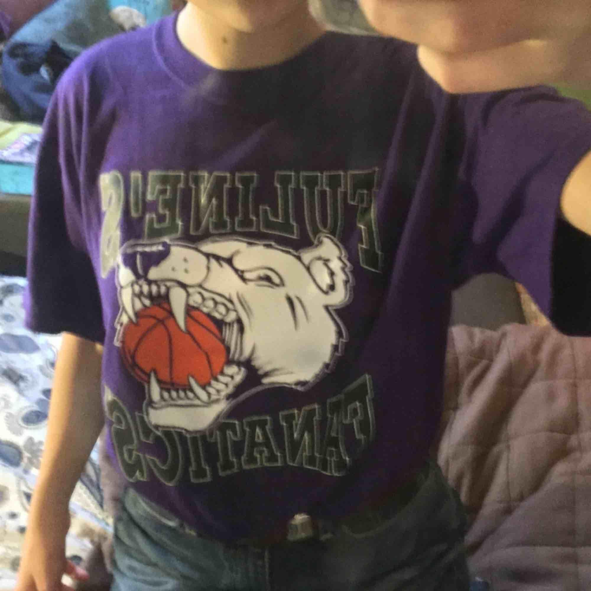 En basket T-shirt som är köpt second hand!. T-shirts.