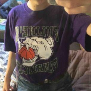 En basket T-shirt som är köpt second hand!