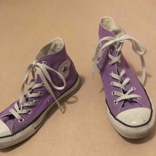Jättefin lila Converse! Skorna är i väldigt bra sick, använt noga ett fåtal gånger. Tvättar av sulan innan leverans.  Storleken är 39. Köparen står för frakten. Nypris 500kr