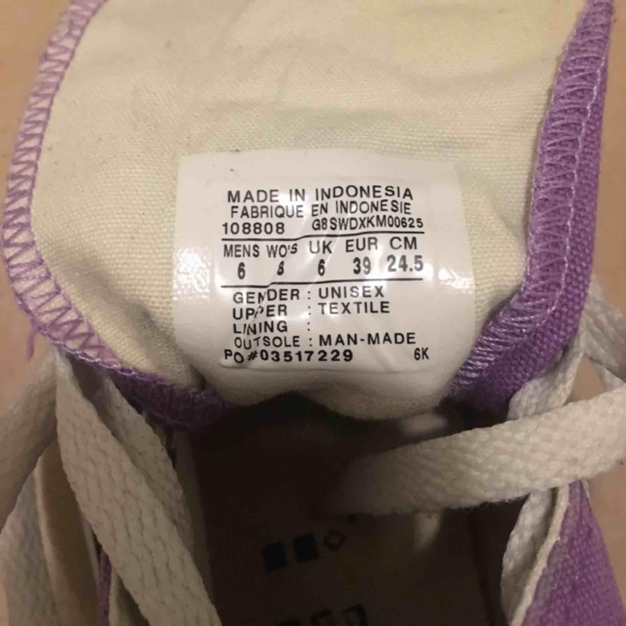 Jättefin lila Converse! Skorna är i väldigt bra sick, använt noga ett fåtal gånger. Tvättar av sulan innan leverans.  Storleken är 39. Köparen står för frakten. Nypris 500kr. Skor.