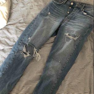 Ljusblå jeans med slitningar. Knappt använda!💕