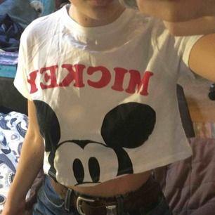 En T-shirt köpt utomlands med Musse pig tryck på!