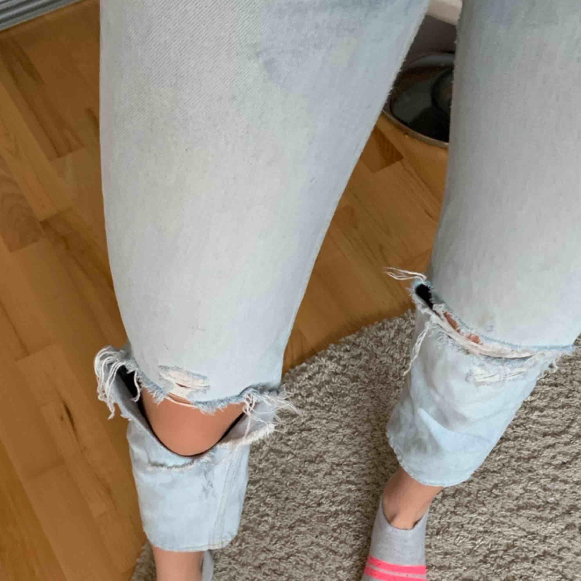 Jättesnygga jeans ifrån H&M. Dem är i storlek 25 och högmidjade. Säljer då dem blivit för korta för mig. Straight leg. Jeans & Byxor.