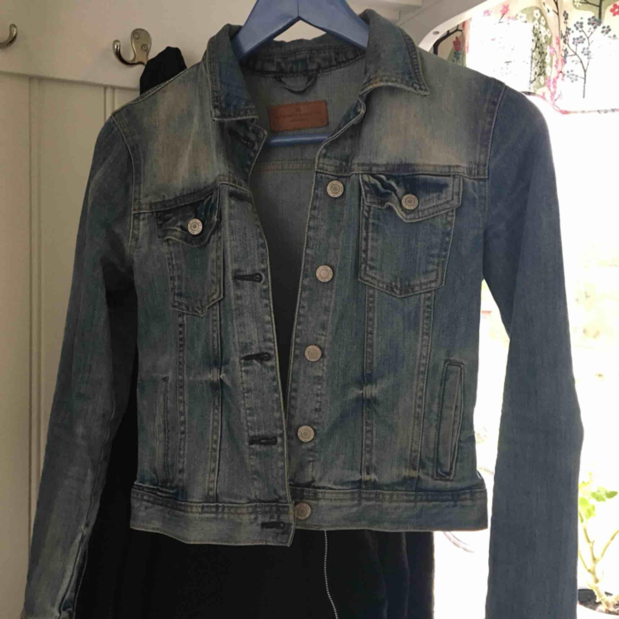 Fin jeansjacka från Lindex köpt för ett tag sedan. Finns ej att få tag på längre. Väldigt fint skick. Strl 34/XS.. Jackor.