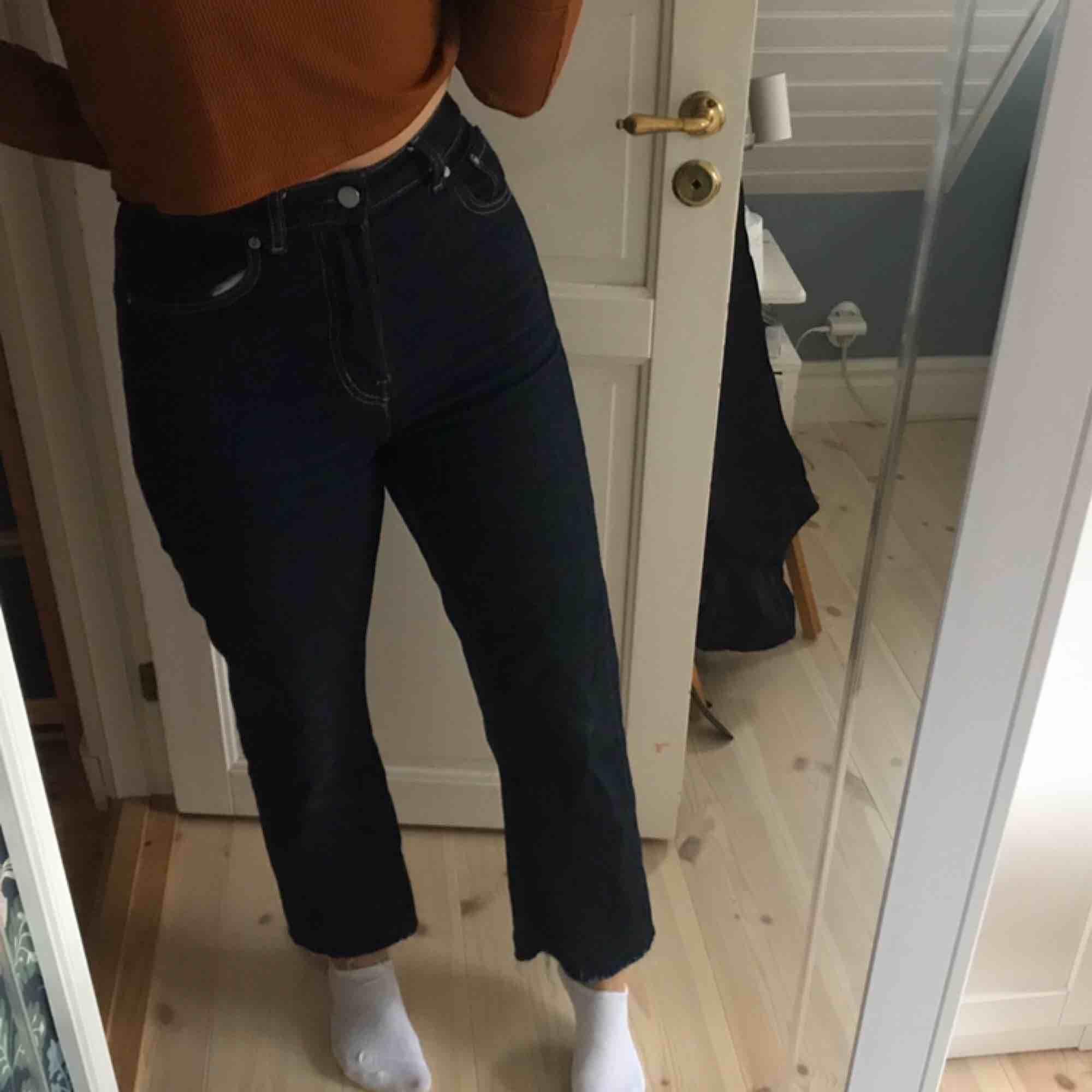 Ett par avklippta weekday voyage jeans i storlek W29 L30. Jättefint skick! Säljer då dem är förstora för mig. (Håller in midjan på jeansen för att bättre se hur dem ska se ut). Jeans & Byxor.