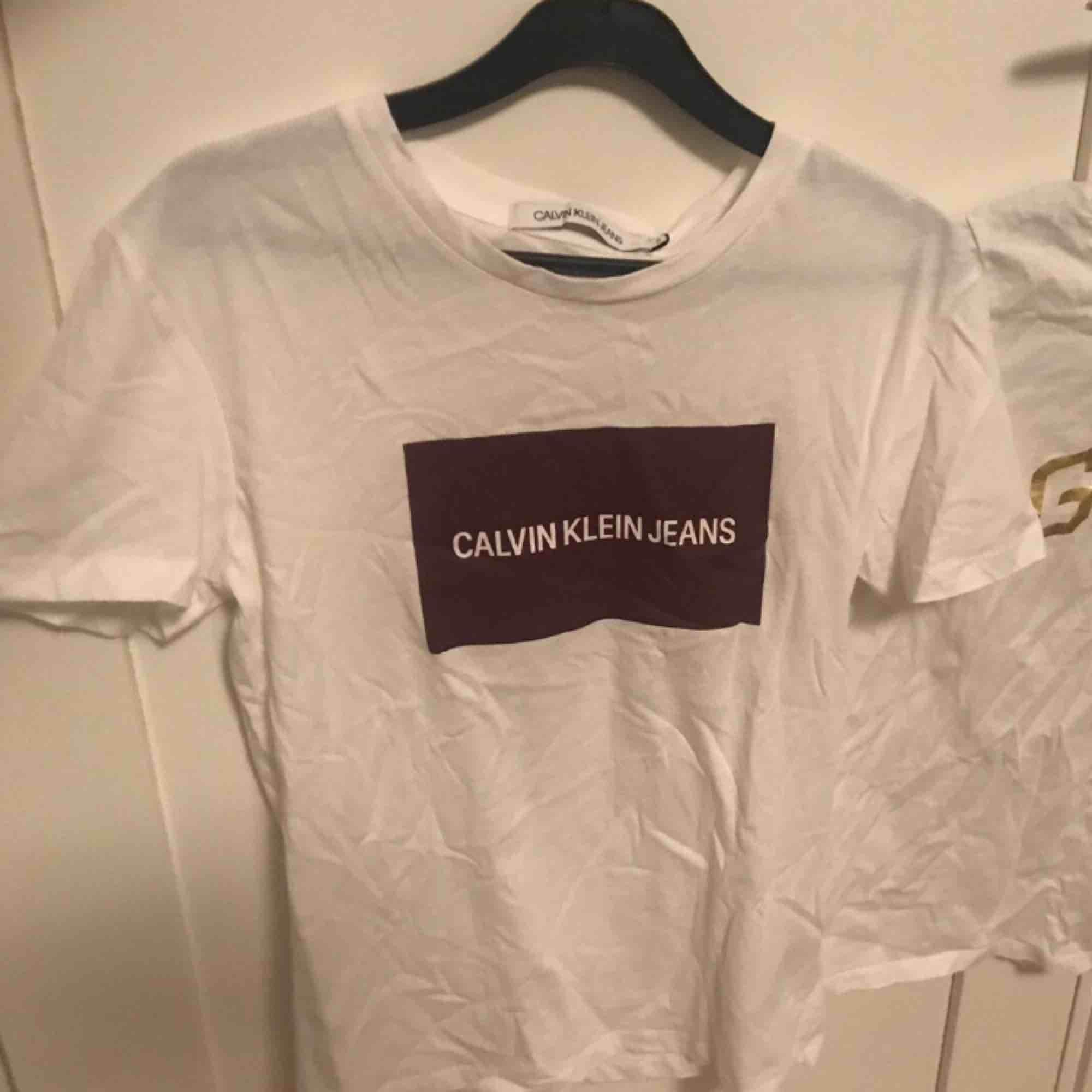 Storlek S  Aldrig använd  Legat i garderoben ett tag och därför är den lite skrynklig  Självklart äkta . T-shirts.