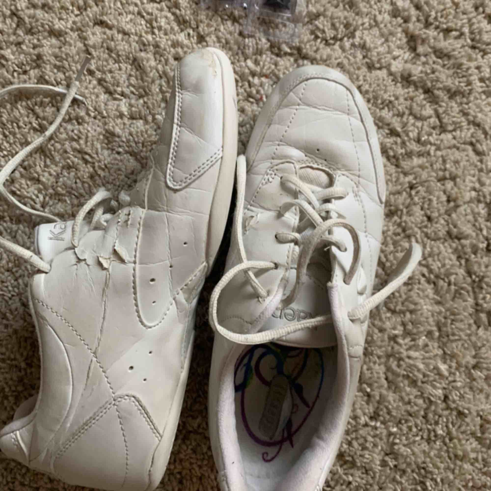 Cheerleading skor. Dessa är mycket använda så pris kan absolut diskuteras. Skicka för fler bilder. Man får även med flera pluppar som man kan byta ut på skorna. Skor.