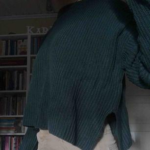 Mörk/skogsgrön mysig tröja från Monki, har en liten slits i sidan och är i bra skick😎