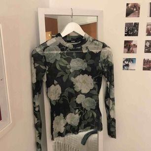 Säljer denna snygga genomskinlig tröja med blommönster!!🌸