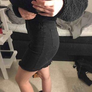 En så sjukt fin svart/grå jeans kjol, från vero Moda. Aldrig använd endast testat, köpte för 299.