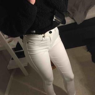 Ett par helt vita jeans från dr denim, utan nån fläck elr sånt, storlek M men jag som har XS passar dom perfekt. Använd 1 gång men säljer pga att jag ej känner mig bekväm i vita jeans💞
