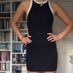Snygg marinblå bodycon-klänning från Forever 21, knappt använd så den är i bra skick :)