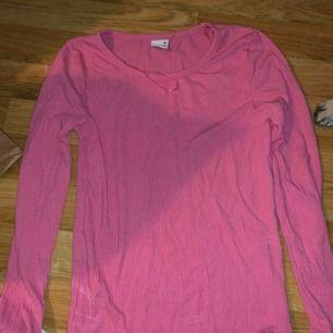 Tröja i rosa, storlek xs, inga fel på den. Frakt för 18kr eller 45kr