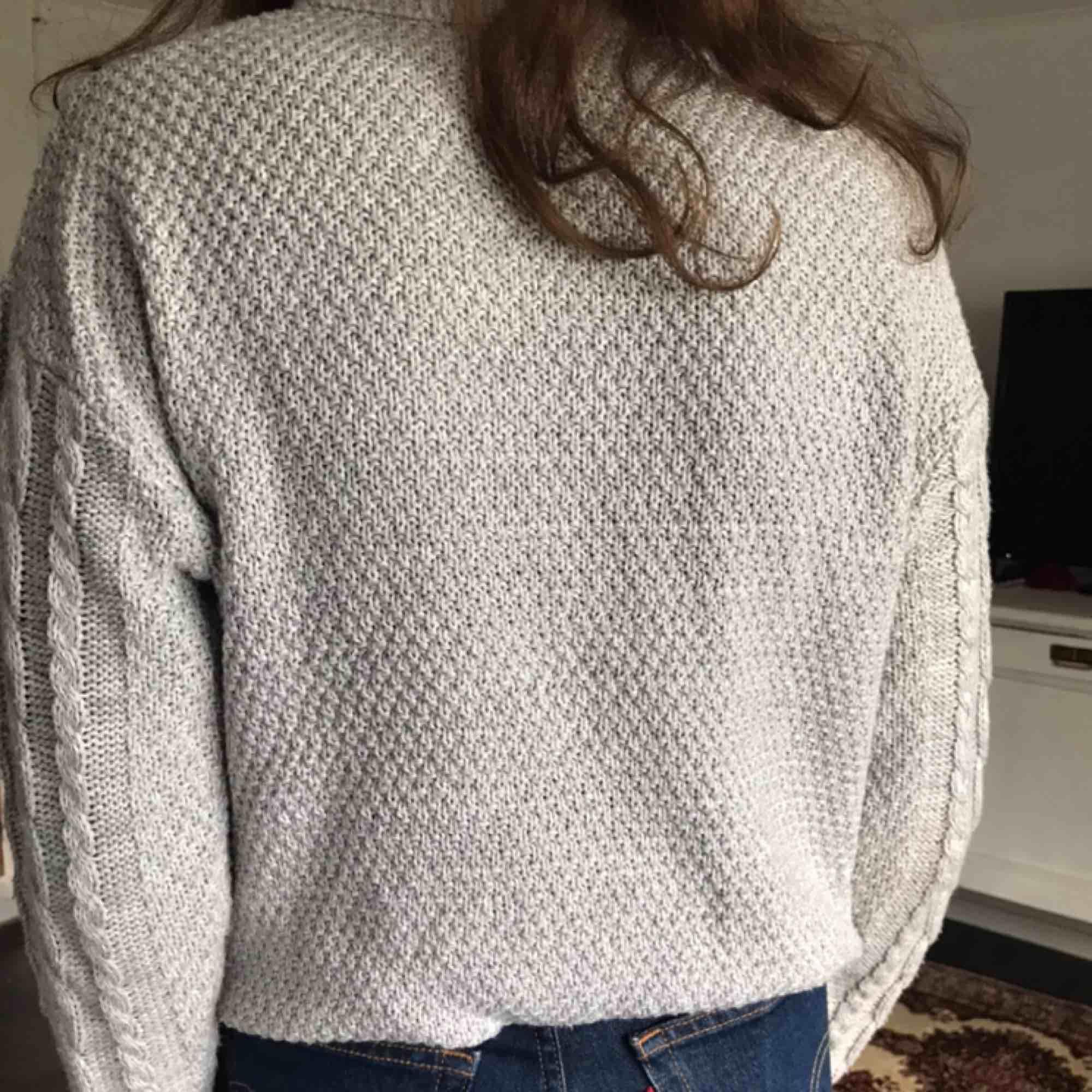 Jätteskön och fin grå stickad tröja från pull&bear. Den sticks inte alls. Men har ganska liten och tight krage. Använd ca 5 gånger men som ny. Nypris: 249kr säljer för 150kr (pris kan diskuteras) . Stickat.