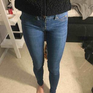 Ett par jeans från Gina, i modell Alex ( vilket är lågmidjat ) xs, sitter jätte fint bak och fram. Köpt för 299kr å säljer för 70kr pga att jag vill bli av med dom eftersom dom bara tar plats.