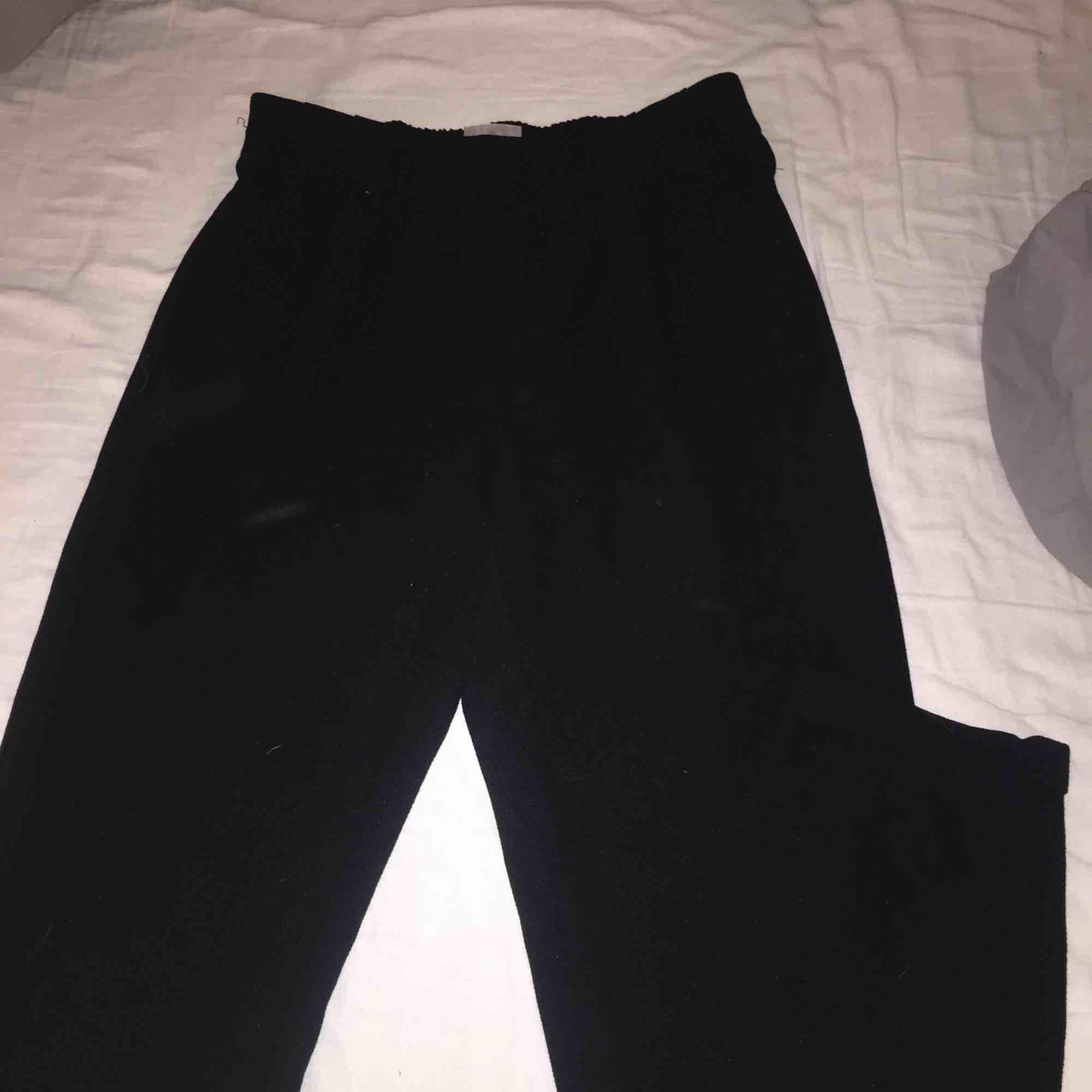"""Ett par super fina """" kostymbyxor """" från vero Moda i storlek 36, dom e lite stora för mig där av säljer jag dom. Bra skick. Jeans & Byxor."""