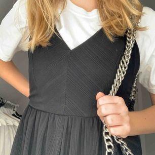 Säljer denna svarta jumpsuit med korsning i ryggen. Köpt på Zara. Säljs för 85 kr plus frakt🖤