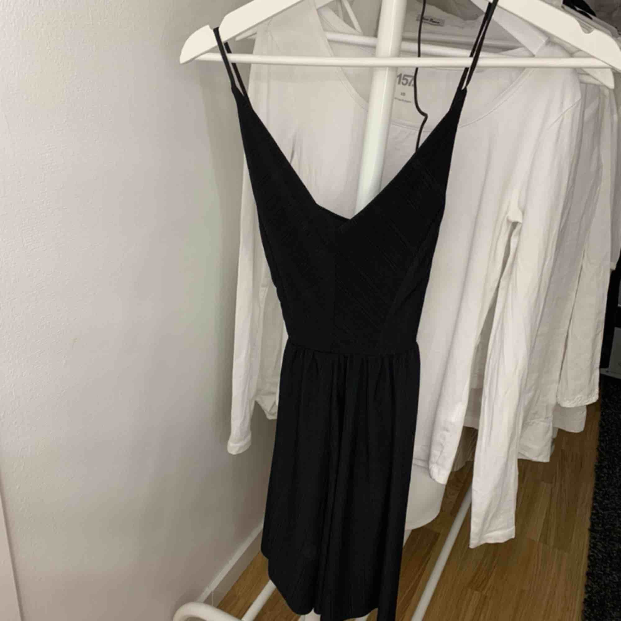 Säljer denna svarta jumpsuit med korsning i ryggen. Köpt på Zara. Säljs för 85 kr plus frakt🖤. Klänningar.