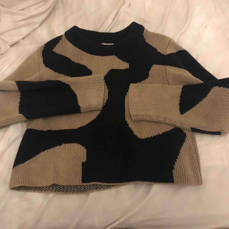 Stickad tröja från WEEKDAY Storlek XS men skulle lätt passa S Skit mysig Sälja pga den it kommer t användning hos mig Använd Max 2 gng Köpt för 499kr. Stickat.