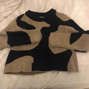 Stickad tröja från WEEKDAY Storlek XS men skulle lätt passa S Skit mysig Sälja pga den it kommer t användning hos mig Använd Max 2 gng Köpt för 499kr