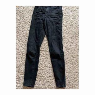 Fina jeans i grå/svart. Ganska använda då priset. Köpta i london för ett år sedan men har nu blivit för korta för mig som är ca 172