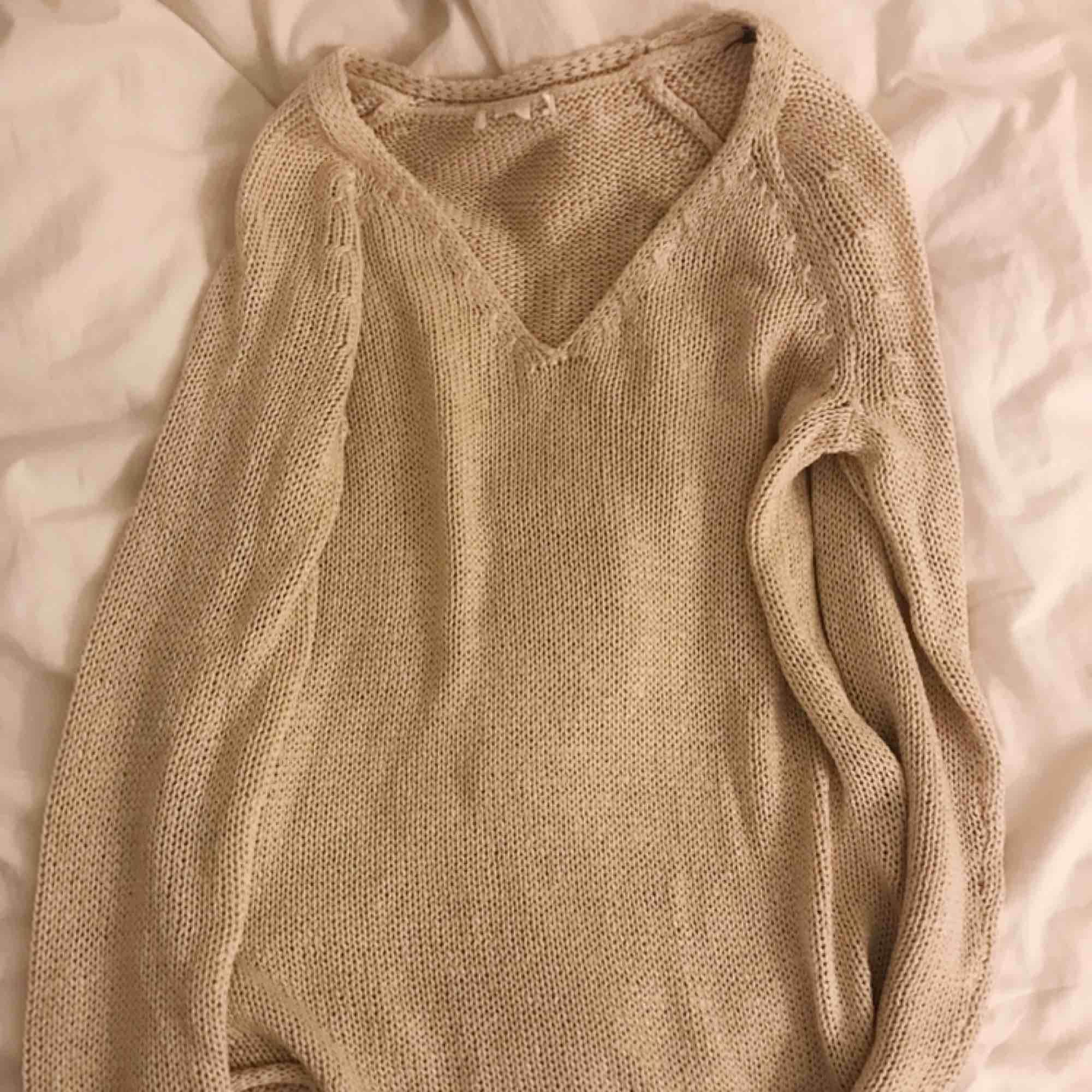 Beige stickad tröja från H&M. Aldrig använd 🥰. Stickat.